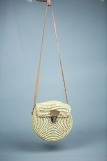 Bag of braided raphia fiber, with long leather shoulder strap